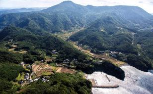 安満岳のふもとに広がる春日集落(撮影:日暮雄一)