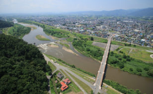 最上川上流域における長井の町場景観(長井橋上空から宮のまちなみを望む)